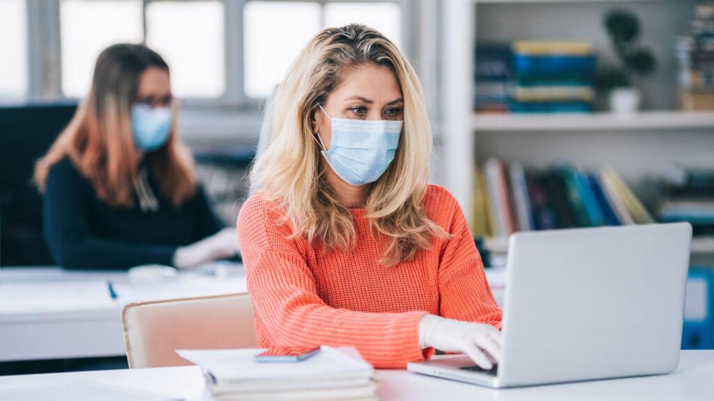 Profissionais trabalhando de máscara pandemia